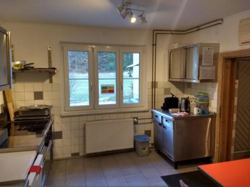 Anicht Küche mit Fenster auf Vorplatz