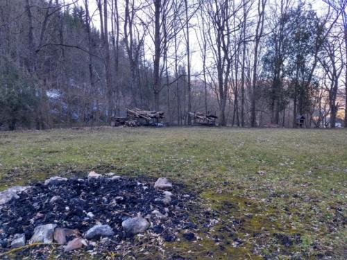 Lagerfeuerstelle und Holzplatz