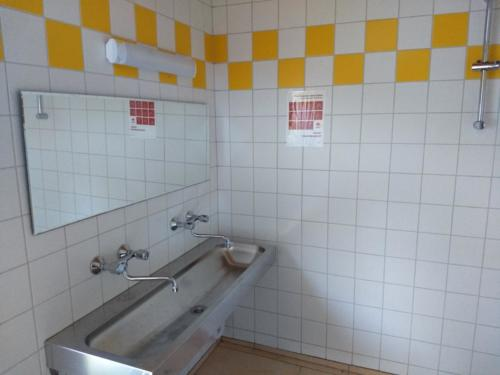 Waschplatz im Zubau (Lagerplatz)
